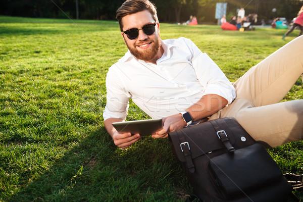 Sorridere barbuto uomo occhiali da sole erba esterna Foto d'archivio © deandrobot