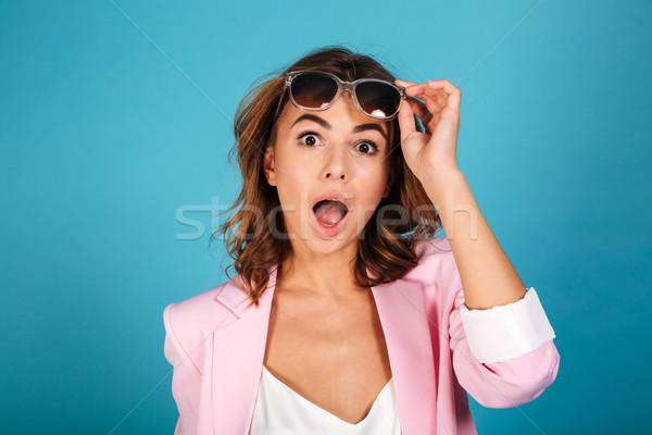 Portret zdziwiony kobieta różowy kurtka stwarzające Zdjęcia stock © deandrobot