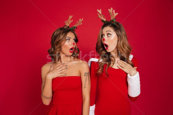 Meglepődött fiatal nők barátok visel karácsony szarvas Stock fotó © deandrobot