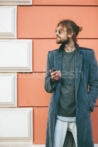 Porträt bärtigen Mann Mantel stehen Wand Stock foto © deandrobot