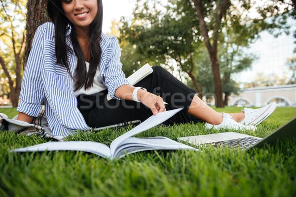 Foto glimlachend asian vrouw lezing huiswerk Stockfoto © deandrobot