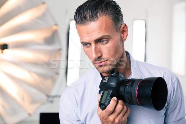 Dalgın fotoğrafçı kamera portre bakıyor Stok fotoğraf © deandrobot
