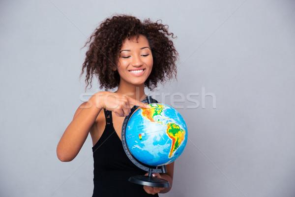 Afro Frau halten Welt Porträt Stock foto © deandrobot