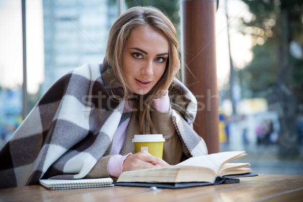 Сток-фото: портрет · счастливая · девушка · сидят · книга · кафе · глядя