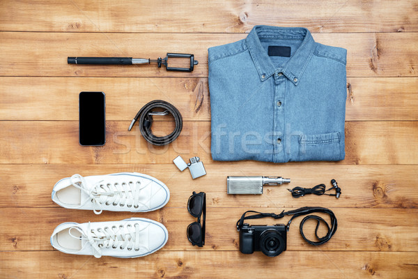 Reizen schoenen shirt mobiele telefoon bril gordel Stockfoto © deandrobot