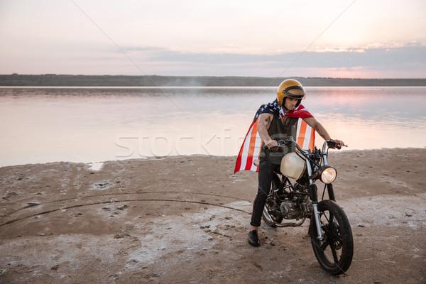 Homem dourado capacete bandeira americana condução motocicleta Foto stock © deandrobot