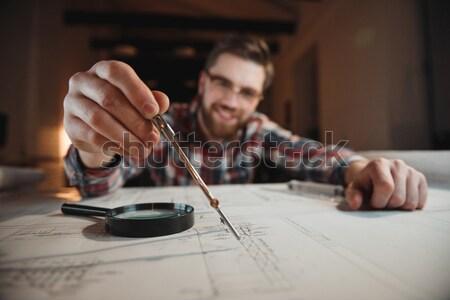 Koncentrált férfi tart iránytű grafikon asztal Stock fotó © deandrobot