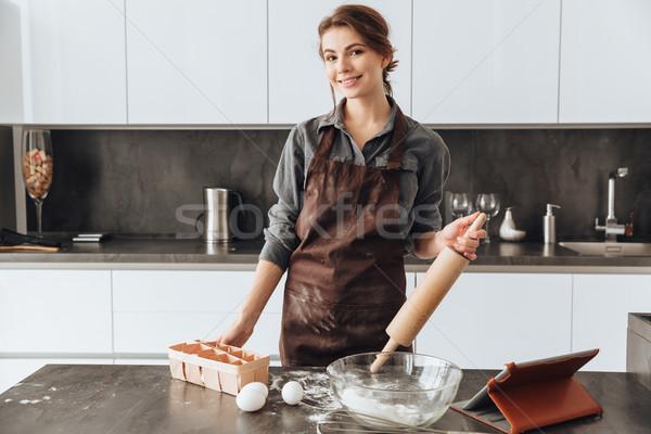 信じられない 女性 立って キッチン 料理 写真 ストックフォト © deandrobot