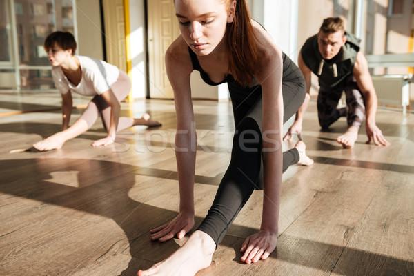 Ritratto gruppo impegnato yoga sala ragazza Foto d'archivio © deandrobot