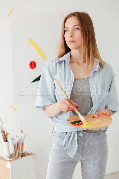 Geconcentreerde jonge kaukasisch dame schilder foto Stockfoto © deandrobot