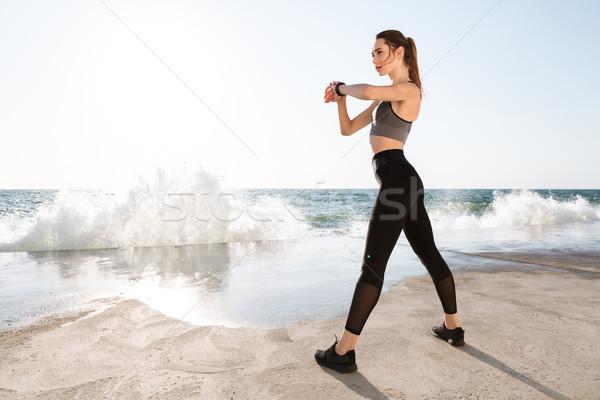 Foto jonge gezonde vrouw perfecte lichaam controleren Stockfoto © deandrobot