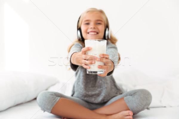 Dziewczynka szary piżama szkła mleka Zdjęcia stock © deandrobot