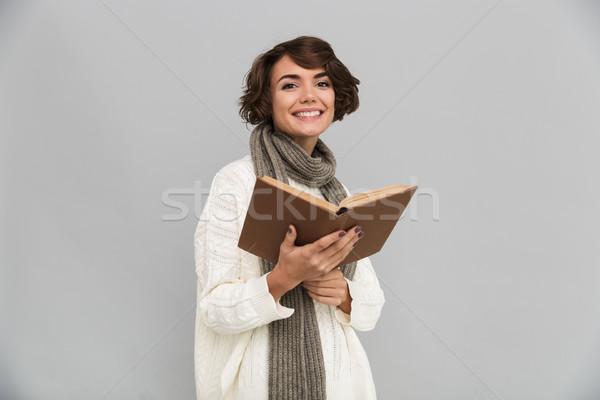 Mosolyog fiatal csinos nő visel sál olvas Stock fotó © deandrobot