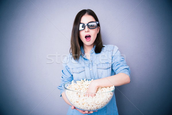 Zdziwiony pretty woman kina jedzenie popcorn szary Zdjęcia stock © deandrobot