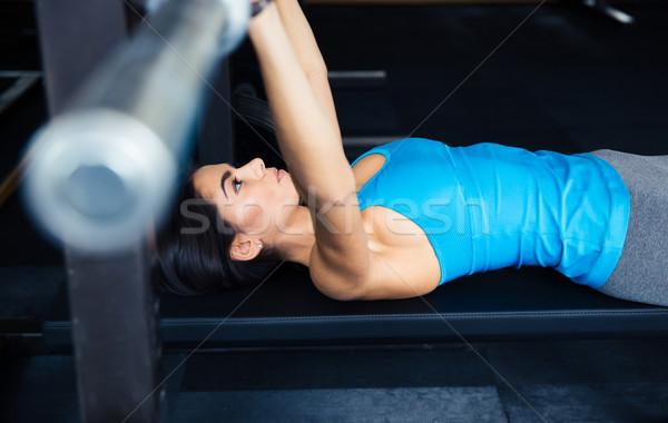 Kobieta sztanga ławce cute młoda kobieta Zdjęcia stock © deandrobot