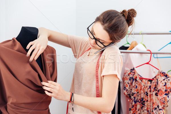 Koncentrált nő divat designer beszél mobiltelefon Stock fotó © deandrobot