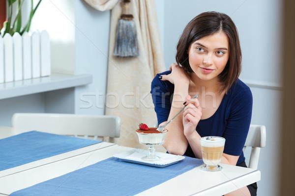 Stok fotoğraf: Güzel · bir · kadın · yeme · tatlı · içme · kahve · kafe