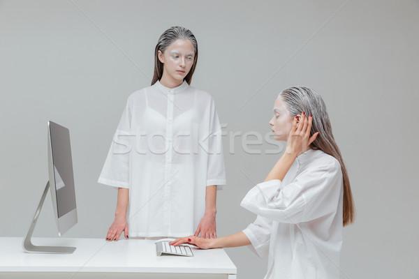 Duas mulheres pc dois alienígena cósmico Foto stock © deandrobot