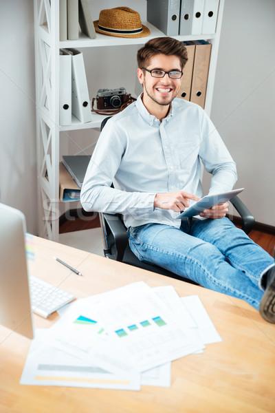 молодым человеком очки таблетка служба сидят Сток-фото © deandrobot