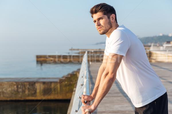 Homem atleta em pé pier manhã Foto stock © deandrobot