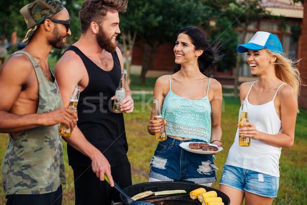 Szczęśliwy młodych ludzi piwa stałego warzyw odkryty Zdjęcia stock © deandrobot