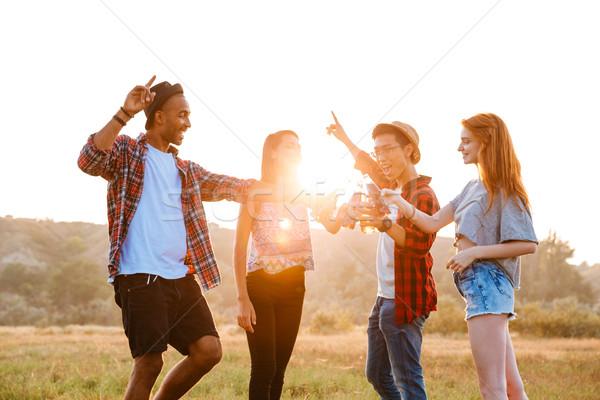 Heureux jeunes amis potable bière soude Photo stock © deandrobot