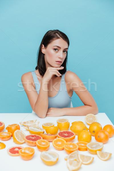 Mujer hermosa sesión mesa naranjas hermosa Foto stock © deandrobot