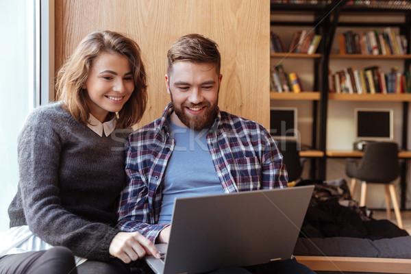 Stockfoto: Gelukkig · studenten · laptop · computer · netwerken · bibliotheek · vergadering