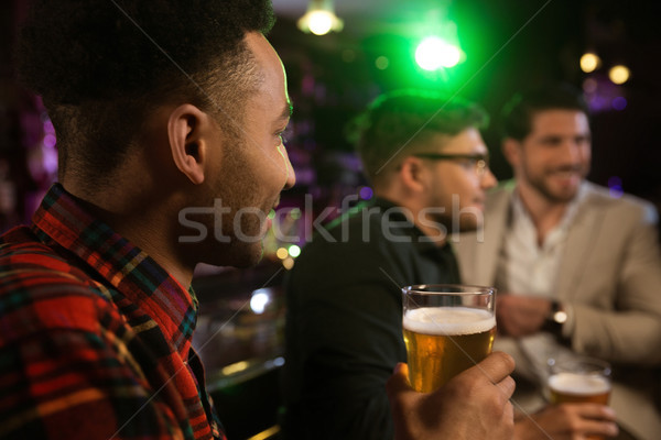 Homme bière amis pub jeunes souriant Photo stock © deandrobot