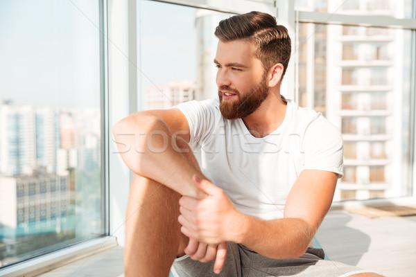 Glimlachend bebaarde man vergadering venster home Stockfoto © deandrobot