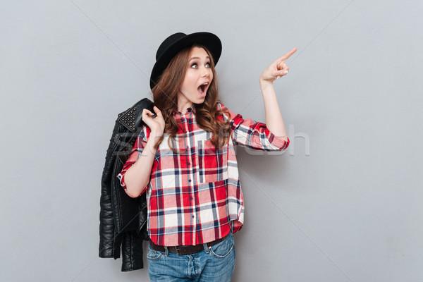 Nő kalap kockás póló mutat ujj Stock fotó © deandrobot