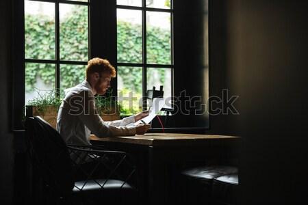 Jovem feliz barbudo homem de mãos dadas juntos Foto stock © deandrobot