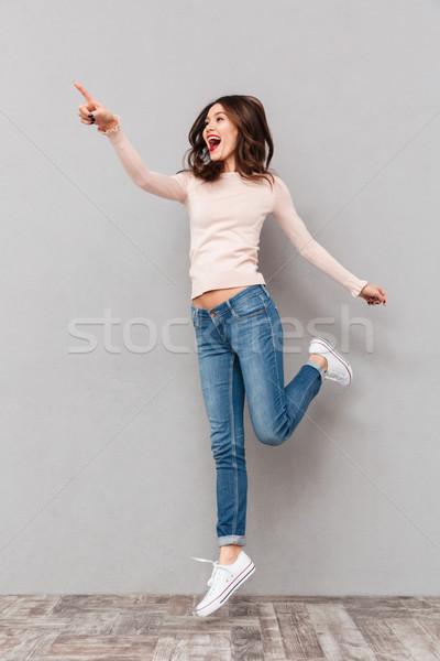 Fotografia wesoły kobieta patrząc Zdjęcia stock © deandrobot