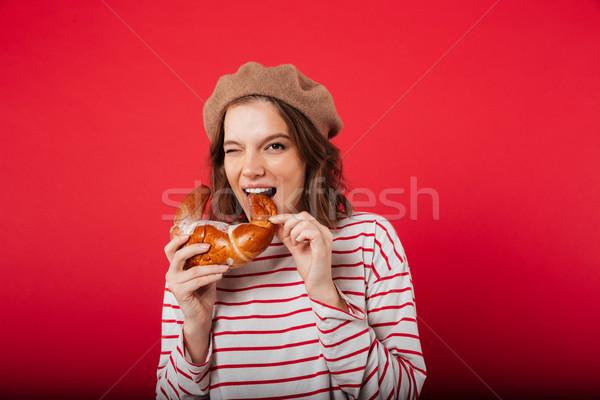 Retrato mulher bonita boina alimentação croissant Foto stock © deandrobot