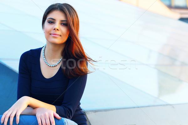 Jonge mooie zakenvrouw buitenshuis kantoor gebouw Stockfoto © deandrobot