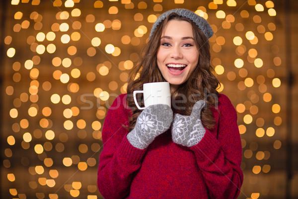 Pozytywny zabawny dziewczyna pitnej kawy Zdjęcia stock © deandrobot