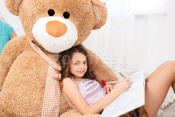 Cute souriant fille grand peluche ours Photo stock © deandrobot