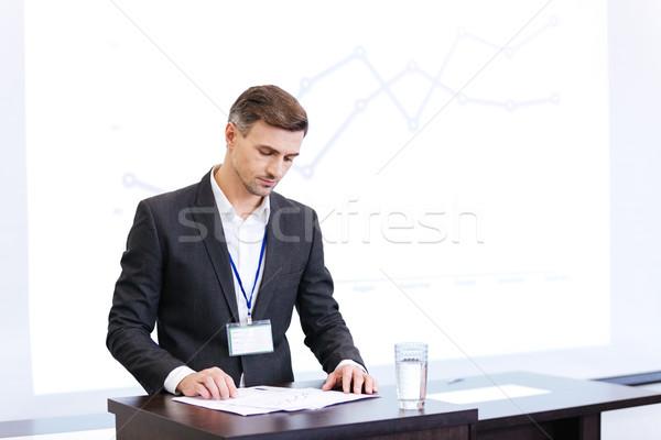 Alto-falante leitura em pé reunião ouvir Foto stock © deandrobot