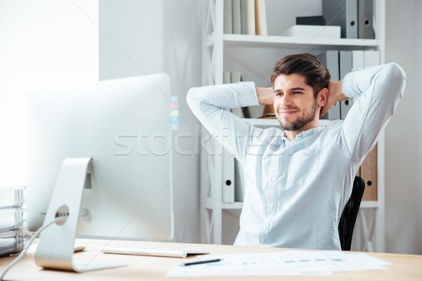 Stock fotó: Derűs · üzletember · ül · asztal · laptop · nyújtás