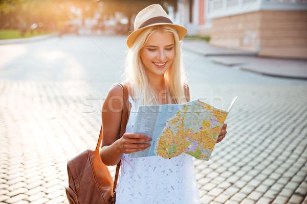 Szczęśliwy turystycznych kobieta wakacje Pokaż miasta Zdjęcia stock © deandrobot