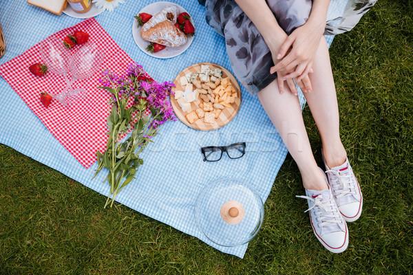 Bacaklar genç kadın oturma battaniye piknik güzel Stok fotoğraf © deandrobot