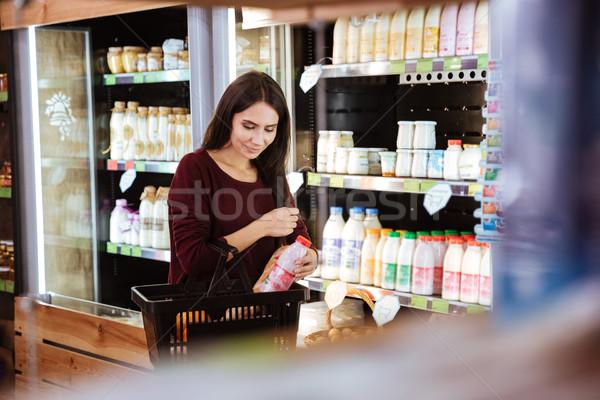 Nő kosár vásárlás élelmiszerbolt gyönyörű fiatal nő Stock fotó © deandrobot