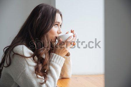 Jonge vrouw beker koffie shirt permanente Stockfoto © deandrobot