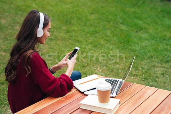Zdjęcia stock: Portret · uśmiechnięty · asian · dziewczyna · słuchawki · telefonu · komórkowego