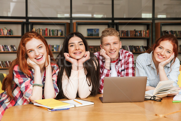 Groep glimlachend tieners huiswerk vergadering bibliotheek Stockfoto © deandrobot