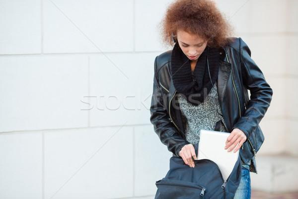 Vrouw iets rugzak portret jonge vrouw buitenshuis Stockfoto © deandrobot