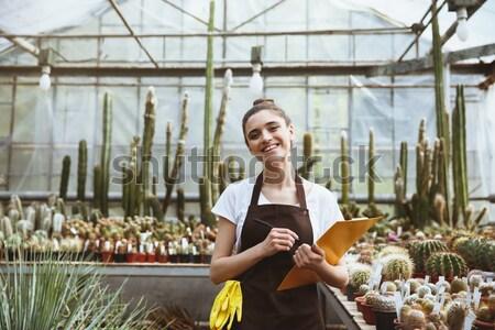 Belle souriant jeune femme jardinier permanent rayé Photo stock © deandrobot