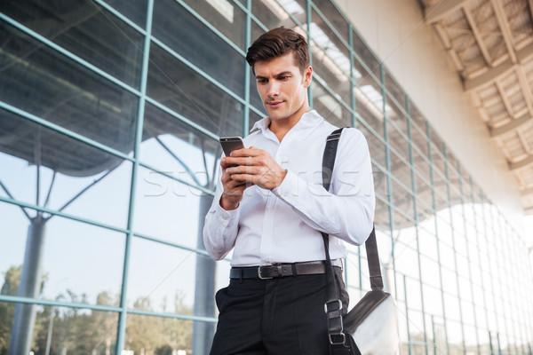 élégant affaires smartphone immeuble de bureaux extérieur bureau Photo stock © deandrobot