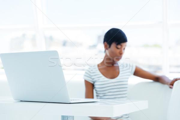 Komoly afrikai fiatal nő könyvelő laptopot használ iroda Stock fotó © deandrobot