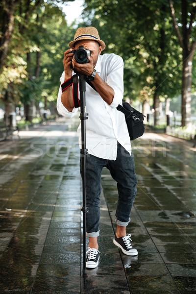 Elegante homem negro parque seis câmera homem Foto stock © deandrobot